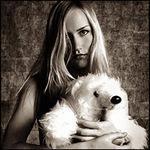 Аватар Девушка с белым плюшевым медведем в руках