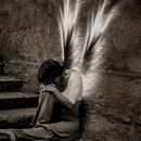 Аватар Парень с крыльями ангела сидит на ступеньках грустно опустив голову на колено