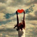 Аватар Девушка поднимает сердце над головой (© HollyWood_Died), добавлено: 26.01.2010 15:21
