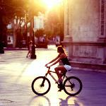 Аватар Девушка в городе на велосипеде