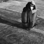 Аватар Девушка сидит на земле к нам спиной, повернув голову, смотрит в даль