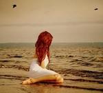 Аватар Девушка с красными волосами на берегу моря