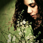 Аватар Девушка с цветами вокруг себя