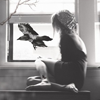 Аватар девушка смотрит в окно