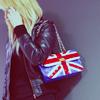 Аватар девушка с сумкой под цвет британского флага