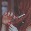 Аватар девушка обрезает себе волосы