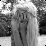 Аватар Девушка закрывает лицо руками
