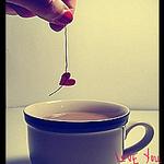 Аватар девушка с красными ногтями опускает сердечко в чашку(Love you)