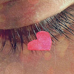 Аватар длинные ресницы, на которых розовое сердечко