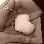 Аватар девушка и мужчина держат в руках сердце из снега