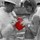 Аватар Двое влюбленных держат воздушный шарик в виде сердца
