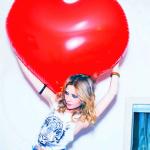 Аватар Девушка держит над головой большой воздушный шар в виде сердца