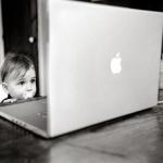 Аватар Ребенок возле ноутбука Apple