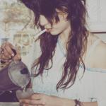 Аватар Курящая девушка наливает себе кофе