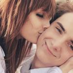 Аватар Девушка целует парня в щеку