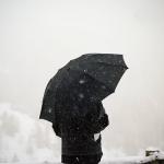 Аватар Девушка с зонтом под снегом