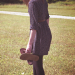 Аватар Девушка идет босиком по траве
