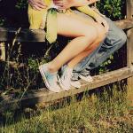 Аватар Парень и девушка сидят на деревянных брусьях