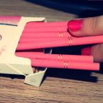 Аватар Девушка достает из пачки сигареты розового цвета