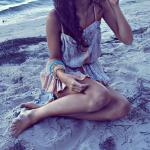 Аватар Девушка сидит на песке