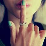 Аватар Девушка с бирюзовым маникюром и кольцом в виде короны