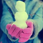 Аватар Девушка держит в руках маленького снеговика