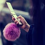 Аватар Девушка с большим пушистым брелком на телефоне