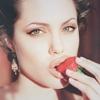 Аватар Анджелина Джоли ест клубнику