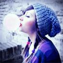 Аватар Девушка надувает пузырь со жвачки