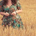 Аватар Девушка в цветочном платье в поле