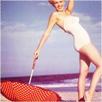 Аватар Мерлин Монро с зонтом на фоне моря
