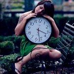 Аватар Девушка сидит на лавке, обняв большие часы