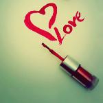 Аватар Надпись 'Love' с сердцем, нарисованная красным лаком для ногтей ('Love' / 'Любовь')
