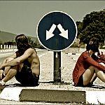 Аватар Парень и девушка сидят под дорожным знаком