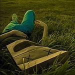 Аватар Девушка с пакетом на голове лежит в траве