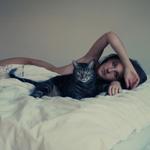 Аватар Девушка и кот лежат в кровати