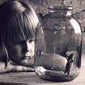 Аватар Девочка смотрит на плавающую рыбку в банке