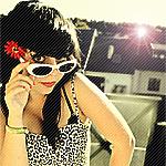 Аватар Девушка в очках в солнечном свете