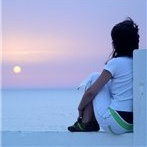 Аватар Девушка смотрит на закат на берегу моря