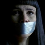 Аватар Кадр из фильма 'Слова убийцы' : плачущая девушка с заклеянным ртом.