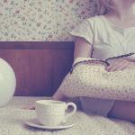 Аватар Девушка сидит на кровати с кружкой