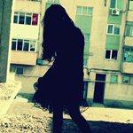 Аватар Девушка во дворе