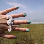 Аватар Девушка с кольцом в виде морского конька