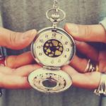 Аватар Старые часы в руках у девушки