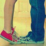 Аватар Парень и девушка в кедах целуются