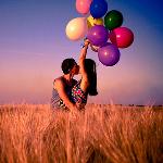 Аватар Парень и девушка с шариками целуются на природе