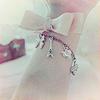 Аватар На руке у девушки браслет с подвесками и розовый бантик
