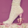 Аватар нога девушки стоит на 'шпильке' из флакона духов