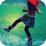 Аватар Девушка с зонтиком в резиновых сапогах наступила в лужу