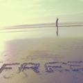 Аватар Человек идет по пляжу, на песке которого написано Free